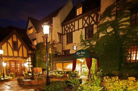 The Deer Path Inn: Street Access to The Bar