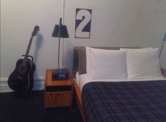 Ace Hotel New York: Room 915, Large Double Double (guitar in case you want to have a jam session)