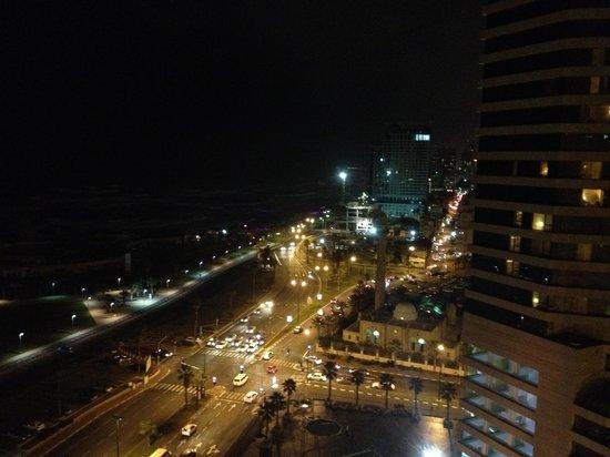 Dan Panorama Tel Aviv: Lungomare di notte dal lounge