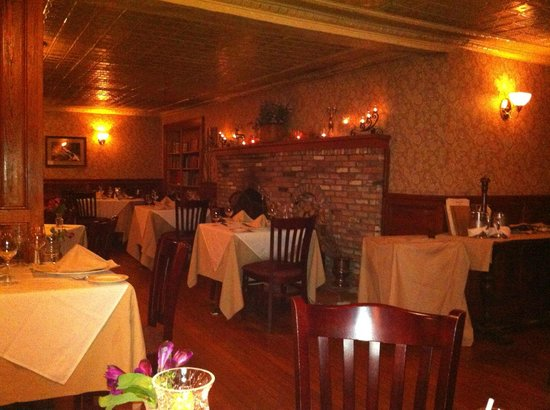 Friend's Lake Inn: Inside the Main Dining Room
