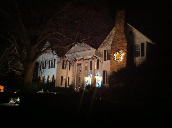 Black Horse Inn: Beautiful holiday lighting