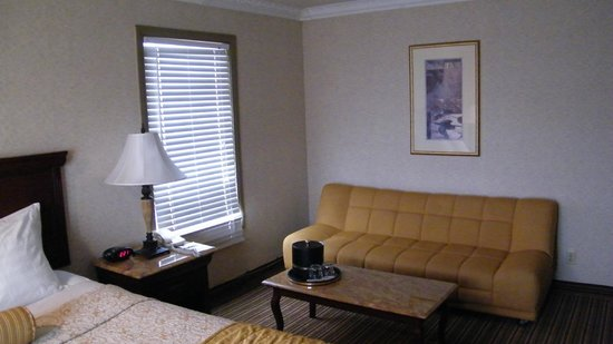 BEST WESTERN PLUS Newport Mesa Inn: sofa area of room