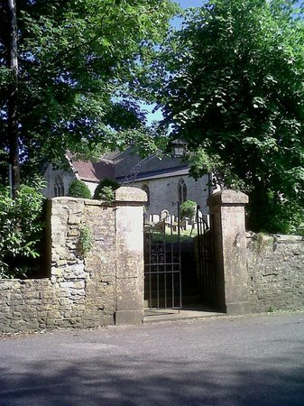 Nunney Castle: Entrance to the tranquil church yard
