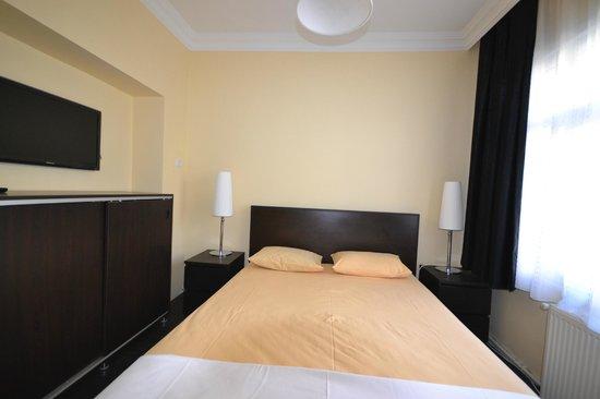 Amadeus Hotel: room2