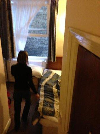 Belmont & Astoria Hotels : la chambre ( lit de 120 cm pour 2)