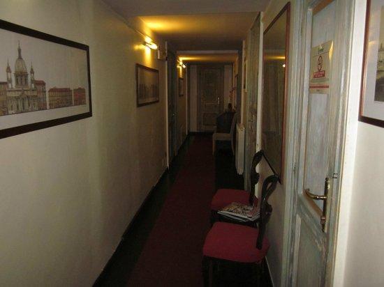 Residenza San Pantaleo: Hallway 1