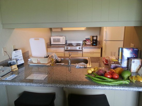 Plantation Hale Suites: View from dining table into kitchen (fruits from farmers market next to the hotel!)