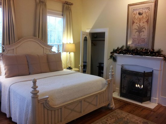 The Addison on Amelia Island: Gas fireplace in room