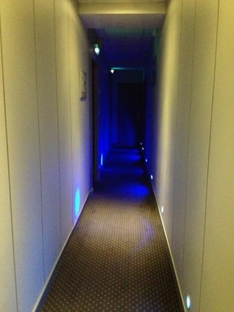 Hotel de Normandie : corridoio a luci blu