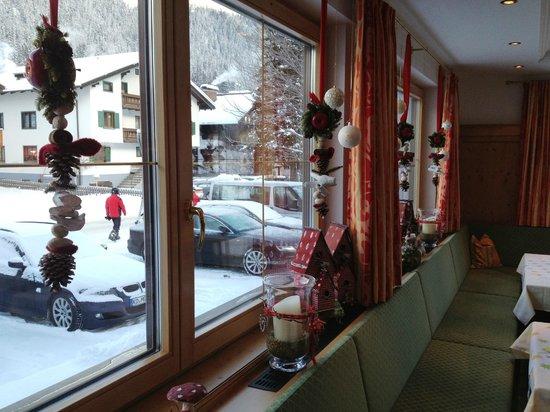 Hotel Garni Dr. Otto Murr: okno z ozdobami świątecznymi w jadalni