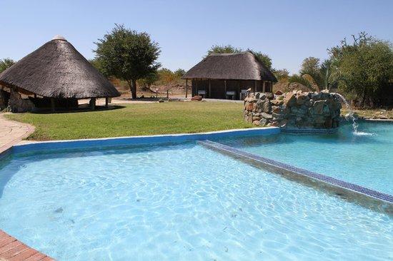 Dumela Lodge: Our swimming pool and pool bar