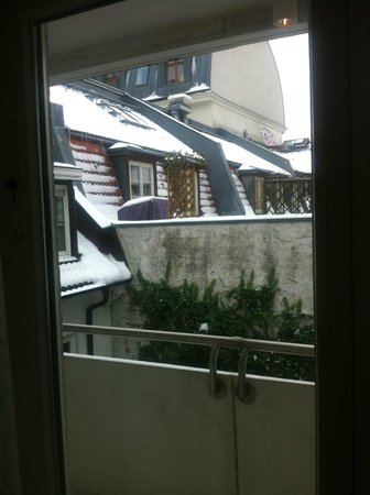 Hotel Hackescher Markt: View from Courtyard facing room (in the snow!)