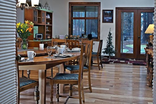 Blue Spruce Bed and Breakfast: Dining area