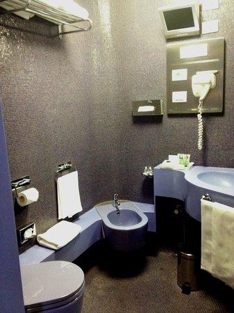 UNA Hotel Vittoria: Detalle Baño de una pieza