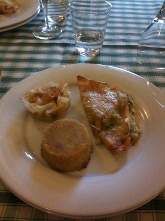 La Piazzetta: antipasti crêpes con asparagi baccalà in pasta fillo e tortino finocchio e salsiccia