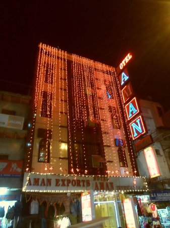 Hotel Aman International: The entrance at night