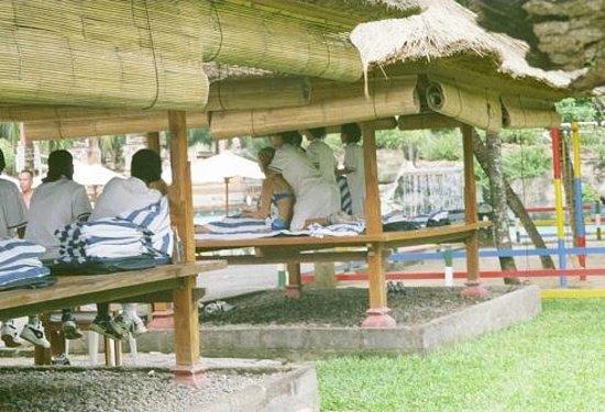 Ramada Bintang Bali Resort: Masaże przy basenie.