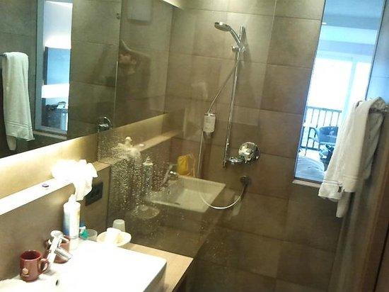 """Hotel Minigolf : Bagno con particolare """"finestra"""""""