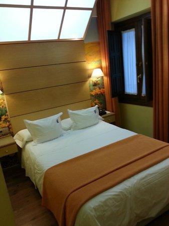 Suites Gran Via 44: cama