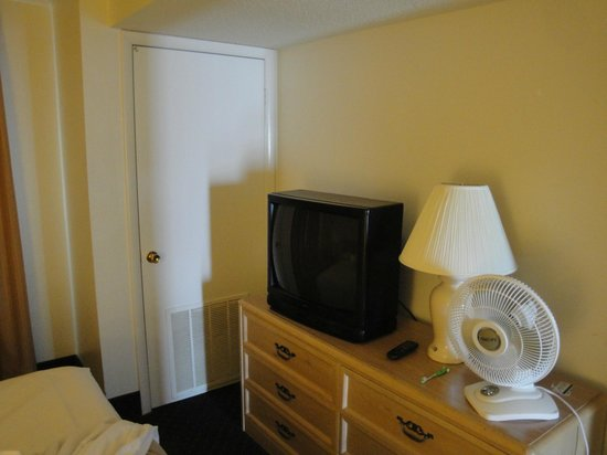 Marigot Beach Suites: bedroom tv circa 1980