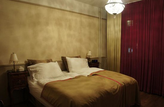 Townhouse Boutique Hotel: bed in room 12