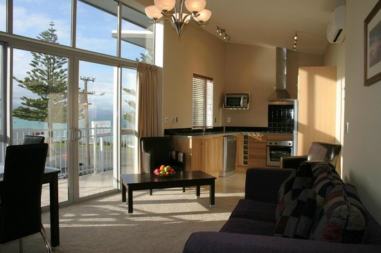Kaikoura Waterfront Apartments: Fully equipped kitchen