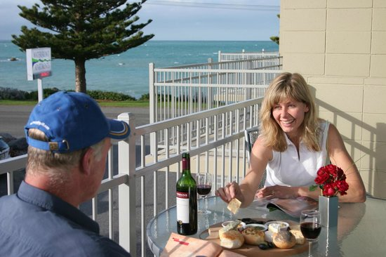 Kaikoura Waterfront Apartments: Outdoor dining on the balcony