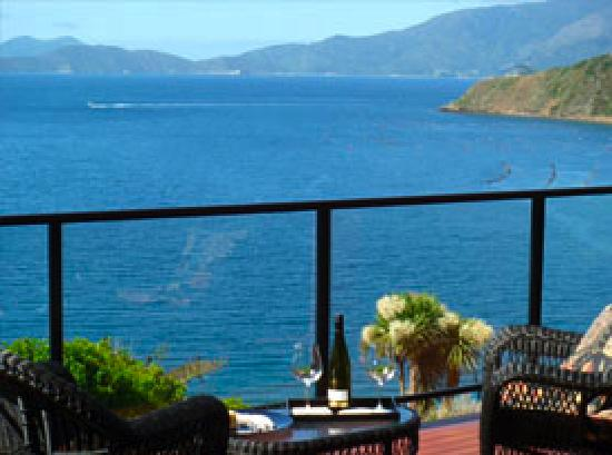 Homewood Bay Lodge : Enjoy a glass of Marlborough Sauvignon Blanc on the deck