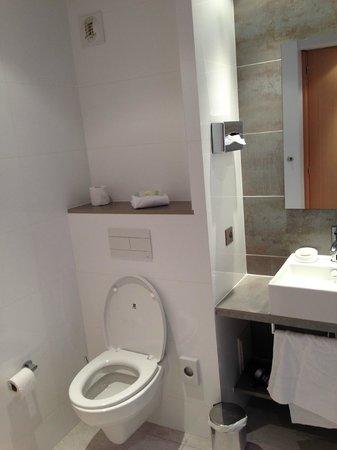 BEST WESTERN Le Lavarin : le coin toilette