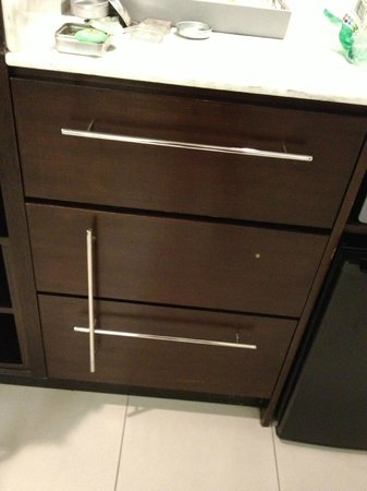 The Condado Plaza Hilton: Broken drawer (wasnt fixed in 4 nights at hotel)