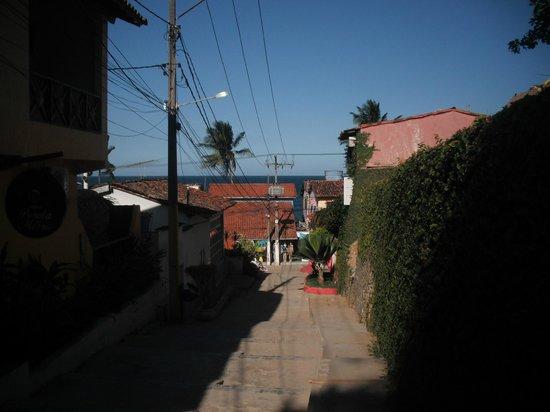 Vista Bela Pousada: Rua da pousada, na saída já dá pra ver o mar