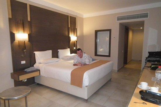 Coral Sea Aqua Club Resort: Peter in our swim up room