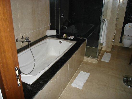 Clarks Inn, Gurgaon, Delhi-NCR : salle de bains de la suite toute en marbre