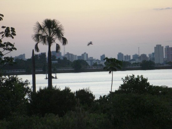 Uberlândia, MG: Vista do lago e da cidade ao fundo