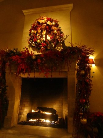 The Inn at Dos Brisas: Fireplace in the dining area