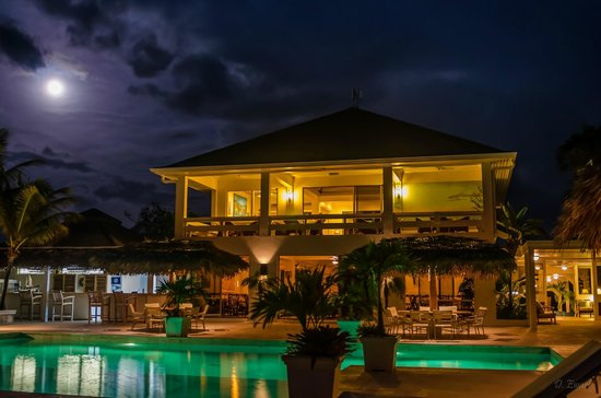 The Meridian Club Turks & Caicos : Meridian Club clubhouse in full moon taken from the beach