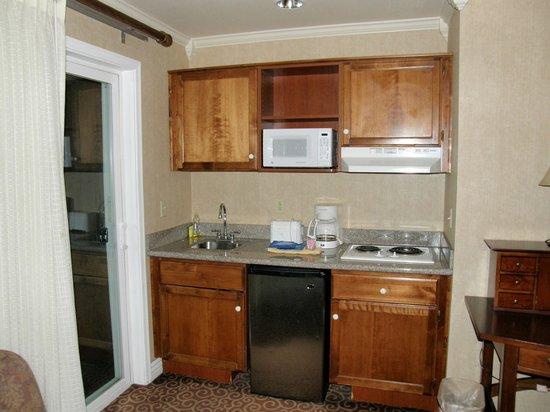 โรงแรมโยสมิตวิวลอดจ์: Kitchenette in our Room
