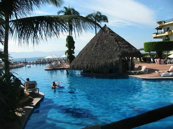 Velas Vallarta Suite Resort: The pool bar, swimming pool, and ocean view.