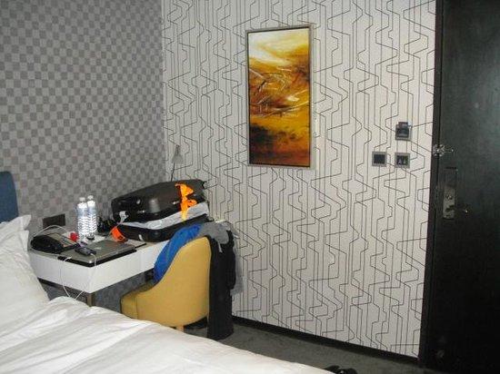 AT Boutique Hotel: Standard room: desk area
