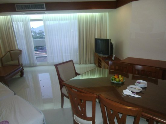 Andaman Beach Suites Hotel: lounge looking towards balcone