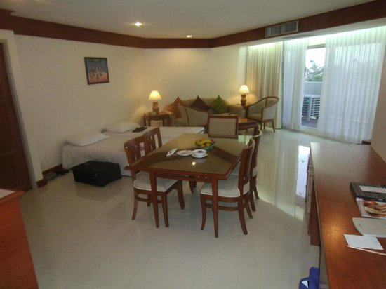 Andaman Beach Suites Hotel: lounge/dining with two fold down beds