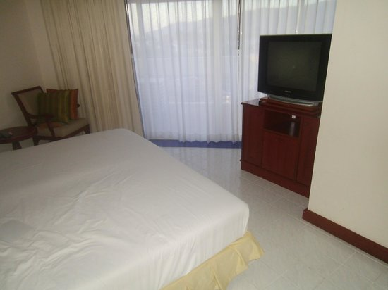 Andaman Beach Suites Hotel: Huge master bedroom with balcony