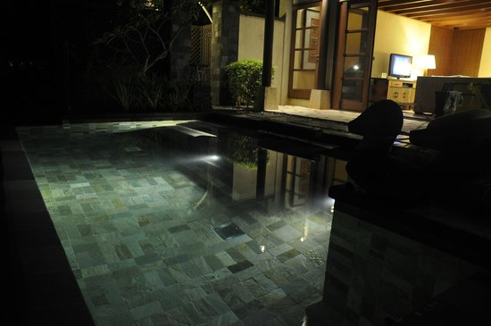 Shangri-La's Boracay Resort & Spa : Lights in the Pool at night