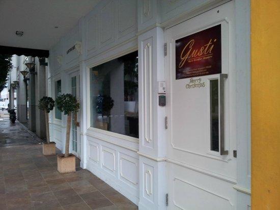 GUSTI Bed & Breakfast Singapore: Entrance