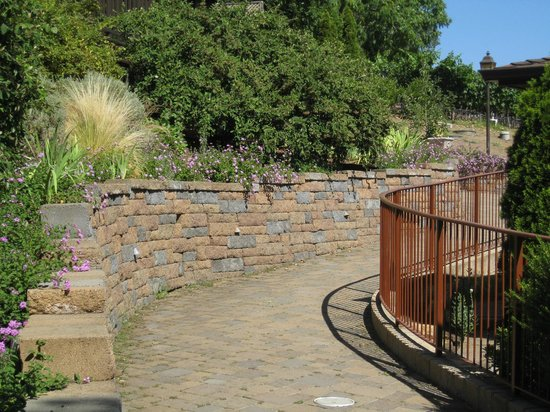 Wine Country Inn & Cottages: We got engage along this walkway