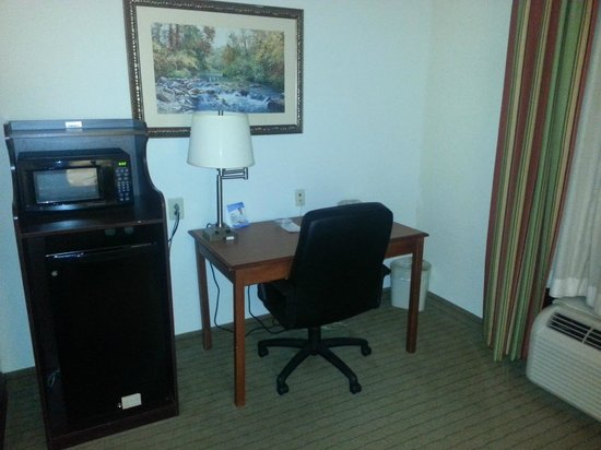 Holiday Inn Express Hotel & Suites Dyersburg: Work Station in my room