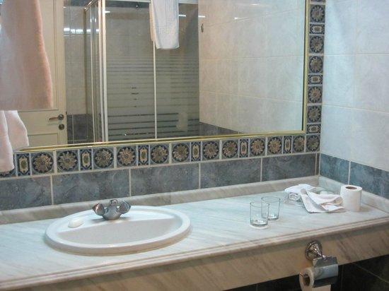 Crystal Suites : bathroom