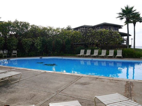 The Kapalua Villas, Maui: Pool, small but usually empty. Two grills were located there to cook up burgers or steaks for di