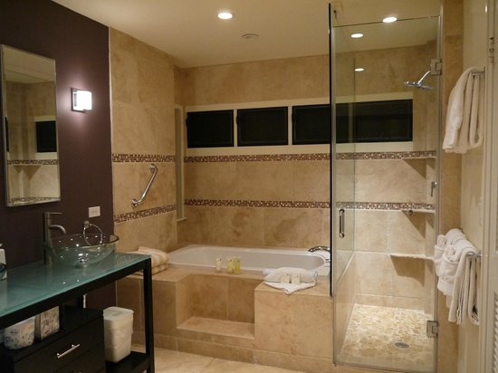 The Kapalua Villas, Maui: Upstairs bathroom, no way to adjust the pressure on the shower head, no jacuzzi jets in tub.
