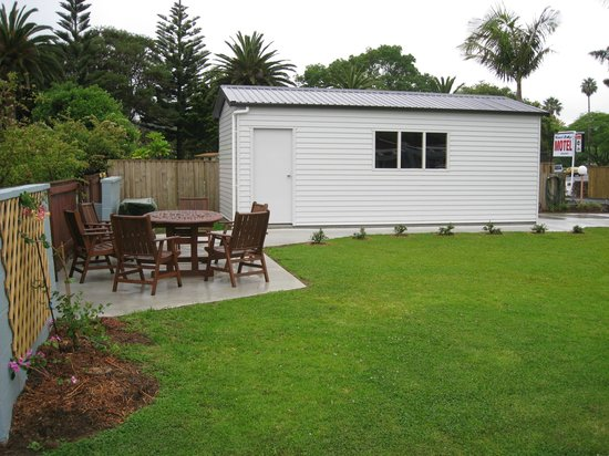 Kauri Lodge Motel: BBQ area, lawn and garage